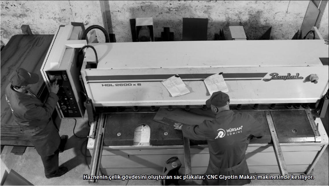 Haznenin çelik gövdesini oluşturan sac plakalar, 'CNC Giyotin Makas' makinesinde kesiliyor